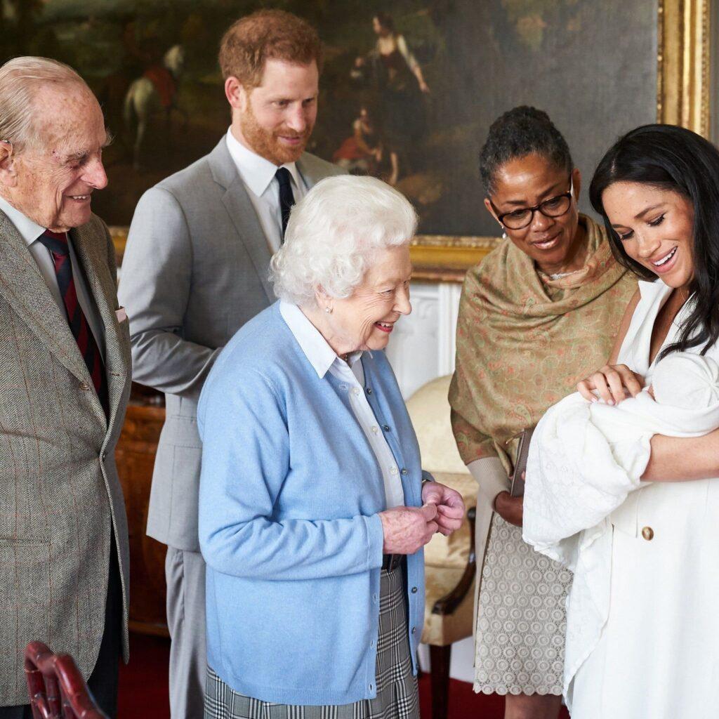 Королева Елизавета II и принц Филипп «боятся, что никогда больше не увидят Арчи»