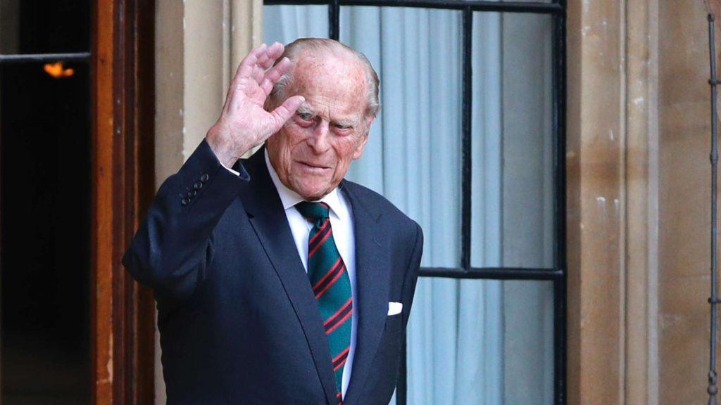 Принц Гарри самоизолируется, чтобы иметь возможность полететь к принцу Филиппу