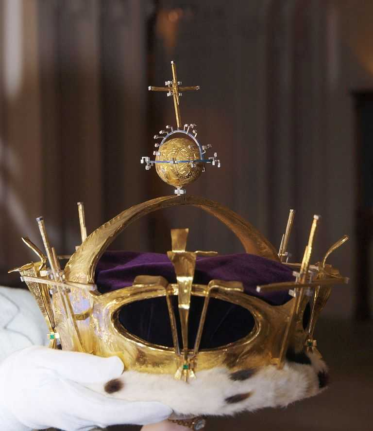 шарик для пинг-понга в короне принца Чарльза