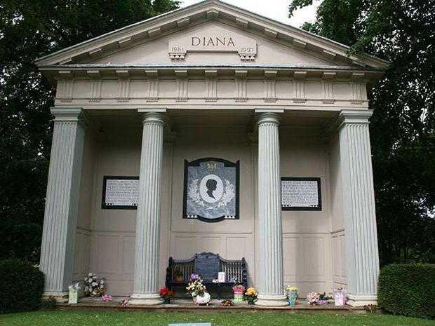 Почему брат принцессы Дианы решил похоронить ее на острове, а не в фамильном склепе Спенсеров?