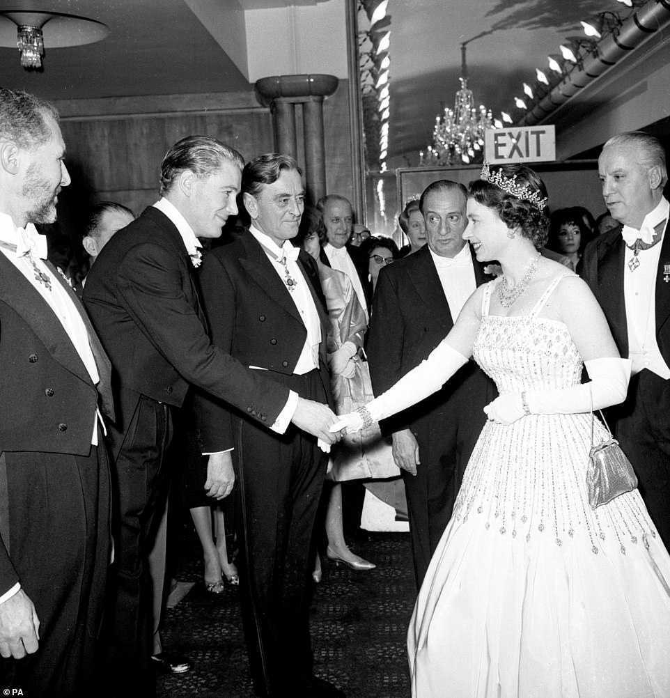 Старое, новое, чужое, голубое: рассмотрим свадебное платье принцессы Беатрис
