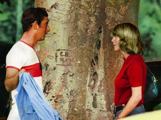 Принц Чарльз разговаривает с Камиллой Паркер Боулз на матче по поло в 1975 году. Фото: Shutterstock