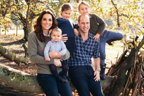 Дети принца Уильяма и Кейт ждут Рождество, а пока принцесса Шарлотта учит Луи позам йоги
