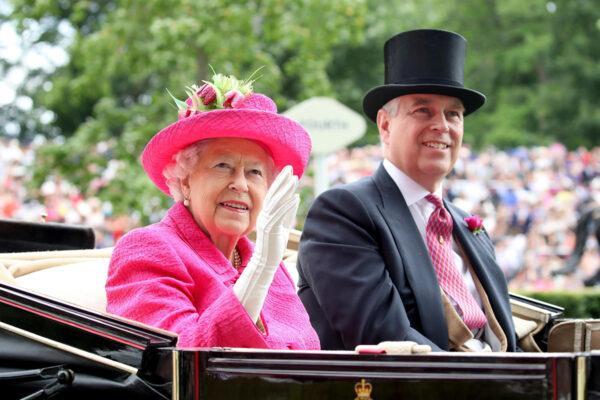 Королеву обвиняют в том, что она относится к принцу Эндрю, не так, как к принцу Гарри и Меган