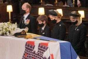 """Принцесса Анна и графиня Софи """"проигнорировали"""" принца Гарри на похоронах"""