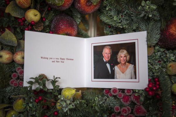 Рождественская открытка принца Чарльза и Камиллы вызвала возмущение подданных