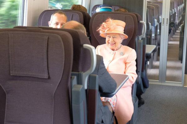 Пассажиры поезда не знают, что едут рядом с королевой Елизаветой II