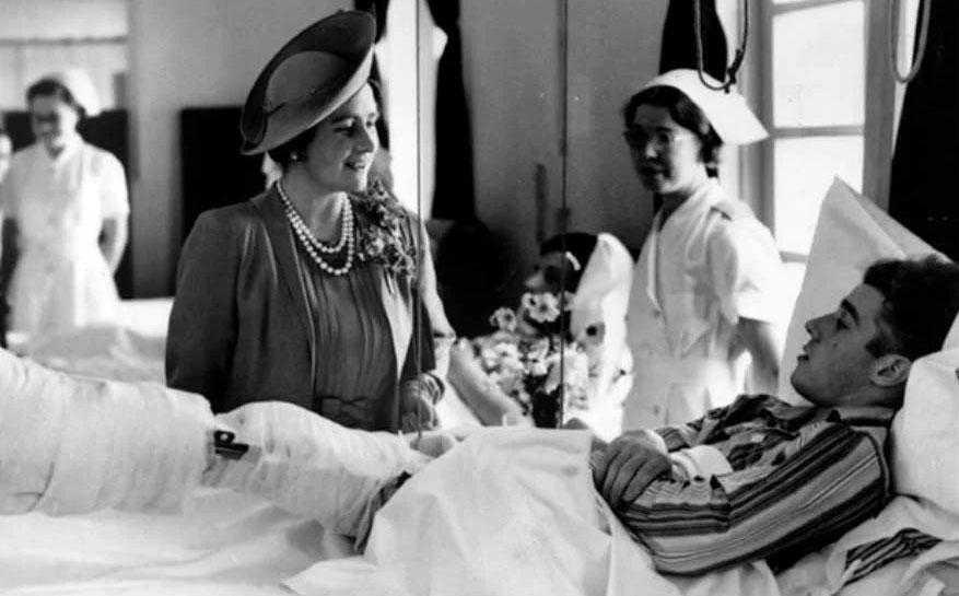 Две дочери Елизаветы Боуз-Лайон: одна - королева, вторая - жертва