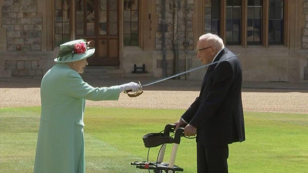 Какой меч использует королева Елизавета II для посвящения в рыцари?