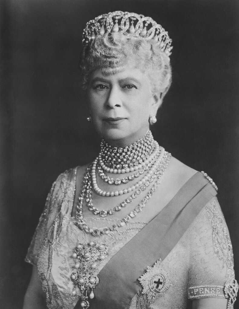 Мать и бабушка делали реверанс королеве Елизавете II