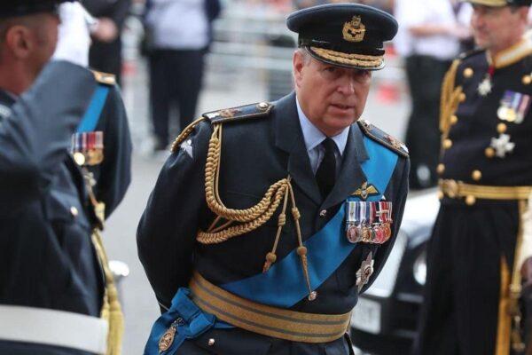 Принц Чарльз и принц Уильям опасаются, что скандал c принцем Эндрю может повредить репутации монархии