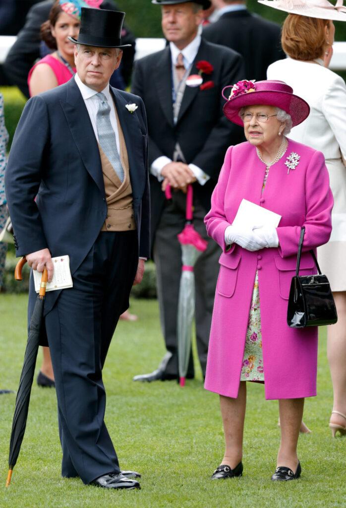 Принц Эндрю второй раз едет в Балморал, чтобы побыть с королевой